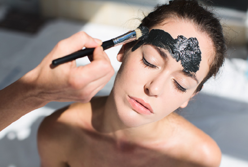Applicazione di Crema viso per prevenire la Psoriasi